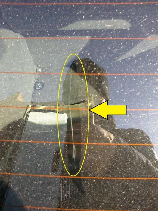 Поврежденные нити нагрева заднего стекла. | Фото: drive2.ru.