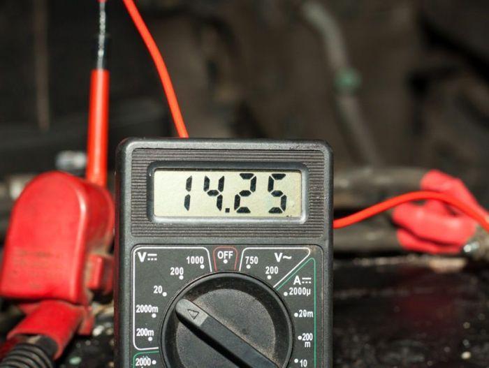 Мультиметр – лучшее средство для проверки автомобильной электрики. | Фото: autoflit.ru.
