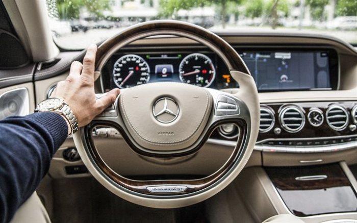 Стильный руль представительского седана Mercedes-Benz S-Klasse W222. | Фото: besthqwallpapers.com.