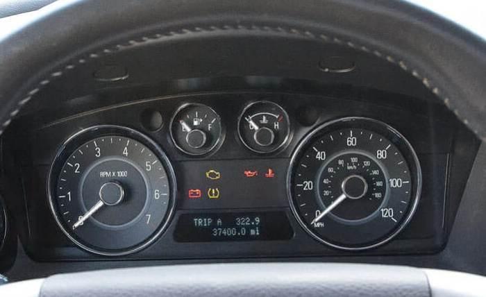 Если загорелись индикаторы проверки двигателя, стоит готовить кошелек. | Фото: familyhandyman.com.