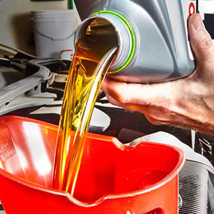 Золотистое и прозрачное – нормальное состояние моторного масла. | Фото: familyhandyman.com.