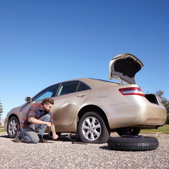 Если подвело всего одно колесо, не нужно торопиться покупать сразу весь комплект. | Фото: familyhandyman.com.