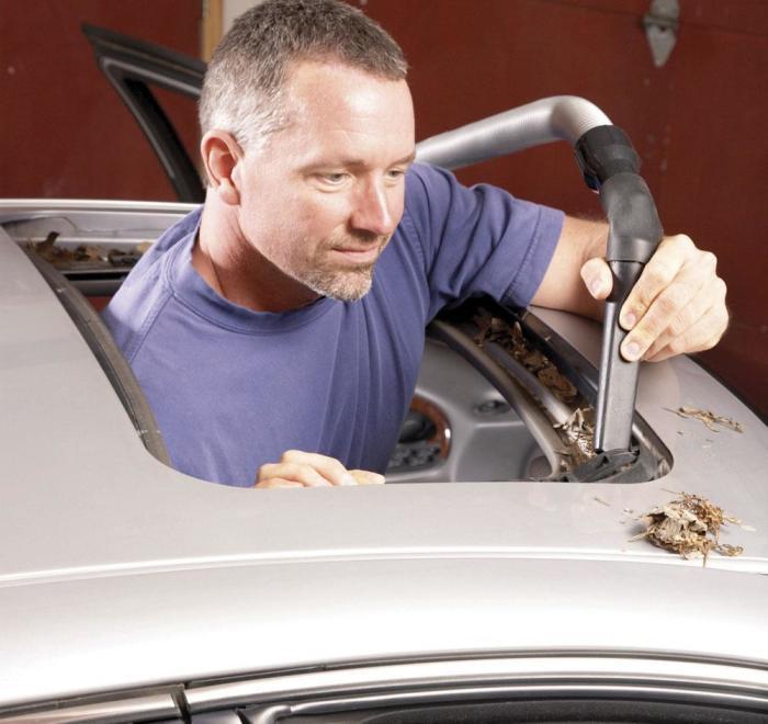 Очищаем места стыкования люка к потолку. | Фото: familyhandyman.com.