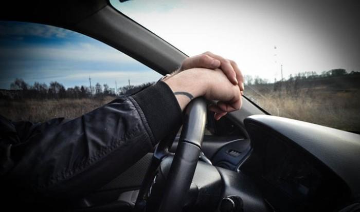 Вытянутые руки должны ложиться запястьями на руль. | Фото: gazu.ru