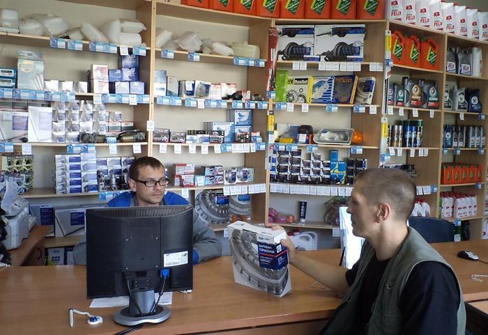 В универсальных магазинах запчастей цены обычно ниже, чем на фирменных сервисах. | Фото: intei.ru.