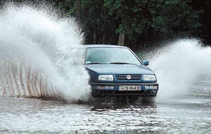 Тормозить на мокром асфальте нужно очень аккуратно.   Фото: drive2.ru.