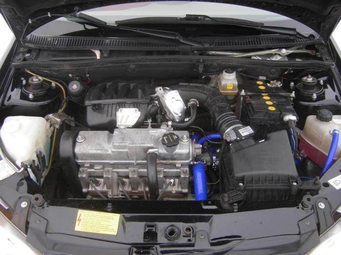 Под капотом очень горячо, поэтому нужно охлаждать воздух, поступающий в двигатель.