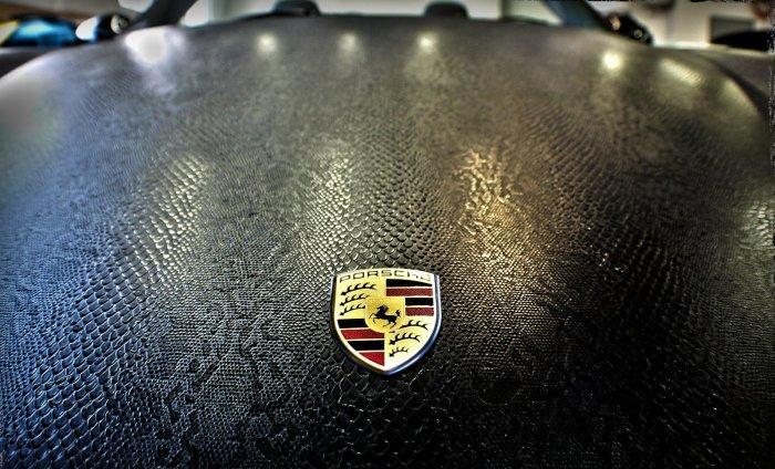 Даже недешевые машины, такие как этот Porsche, с автовинилом становятся еще уникальнее.   Фото: plenka-na-avto.ru.
