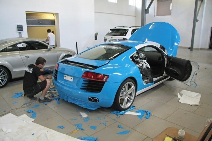 Поклейка спортивной Audi R8 голубой глянцевой пленкой.   Фото: drive2.ru.