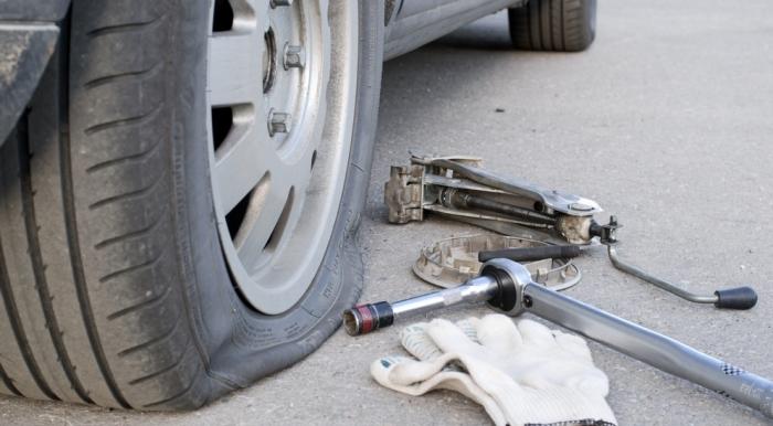 Заклеить пробитое колесо можно даже своими силами, не обращаясь на шиномонтаж. | Фото: pronews.com.ua.