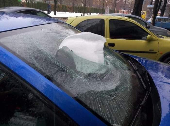 Такая сосулька при падении с большой высоты может пробить автомобиль насквозь. | Фото: hronika.info.