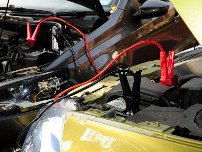 Для одной поездки автомобиль можно и «прикурить», но заряжать аккумулятор все равно придется. | Фото: avtovzglyad.ru.