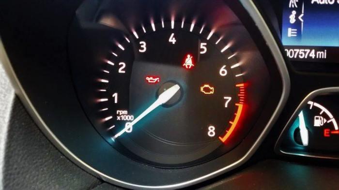 Горит лампочка проверки двигателя. | Фото: cheatsheet.com.