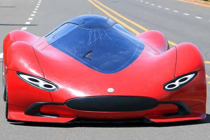 Кузов машины сделан из углепластика.