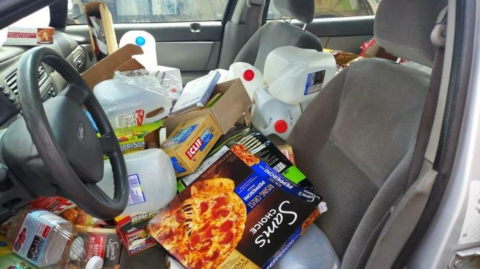 Салон автомобиля, заваленный мусором. | Фото: jeffcrank.com.