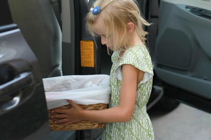 Заинтересовать ребенка убрать мусор совсем несложно. | Фото: mom-ehow-com.blog.ehow.com.