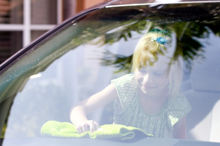 Девочка протирает переднюю панель салона автомобиля. | Фото: mom-ehow-com.blog.ehow.com.