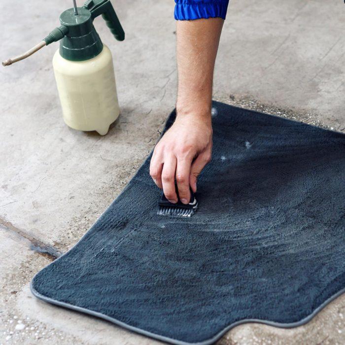 Отмываем напольные коврики. | Фото: familyhandyman.com.