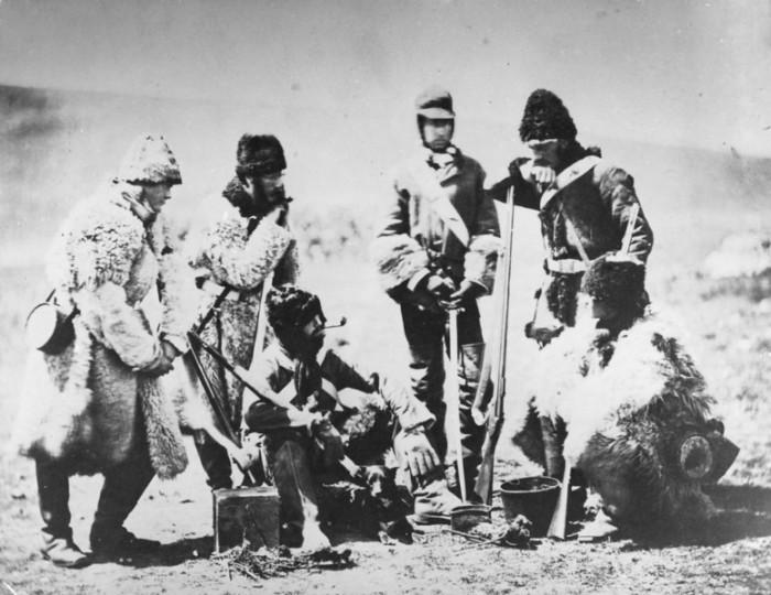 Тепло одетый британский офицер со своими солдатами. Крымская война.