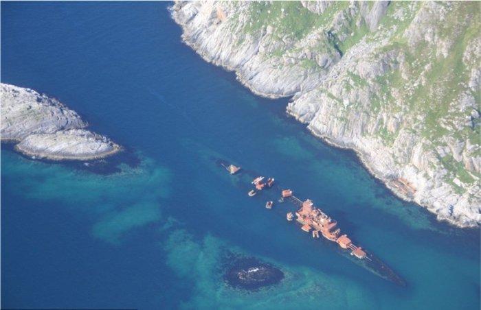 Затонувший «Мурманск» возле норвежского поселка Сёрвэр.