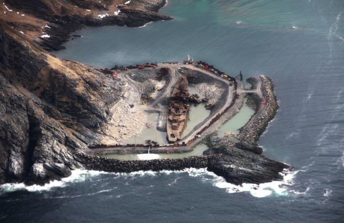 Крейсер «Мурманск» в возведенном вокруг него сухом доке.