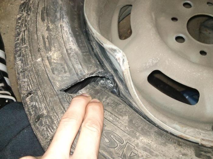 Пробитая шина – последствие наезда на препятствие.