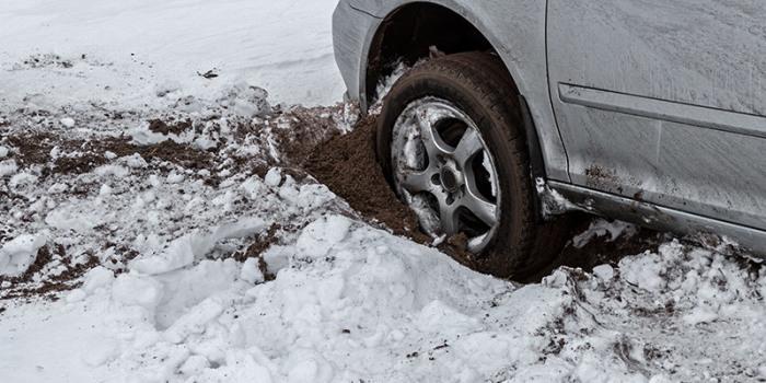 Автомобиль, застрявший в снегу.