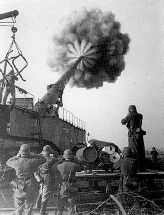 Выстрел немецкого сверхтяжелого орудия.   Фото: xdigest.ru.