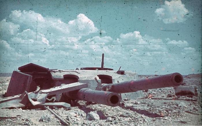 Разрушенная орудийная башня 35-й батареи Севастополя, июнь 1942 года.   Фото: en.wikipedia.org.