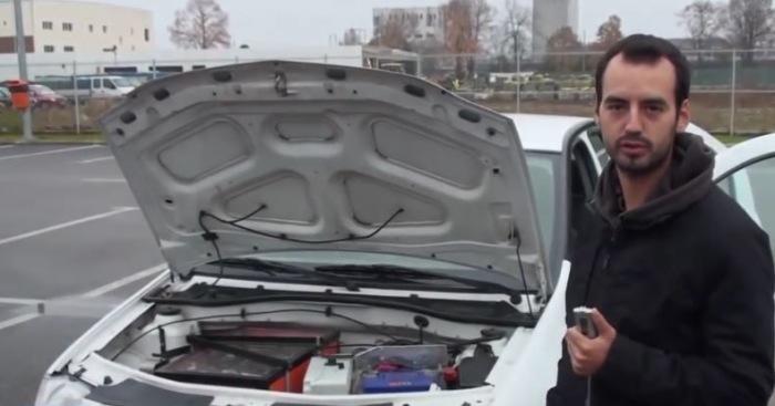 Марк Арени и электромобиль Dacia Logan. | Фото: odditycentral.com.