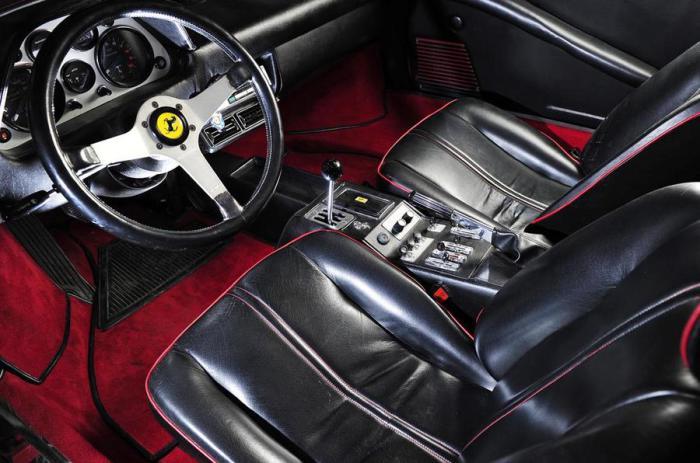 Трехспицевый руль Momo на Ferrari 308.