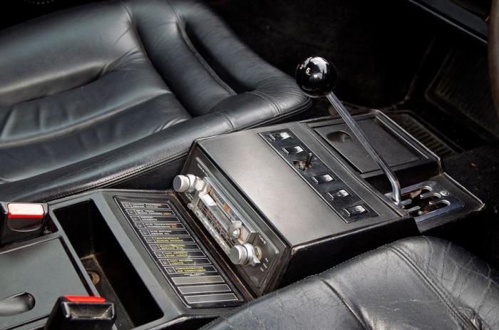 Простой и удобный рычаг КПП на классическом Ferrari Mondial.