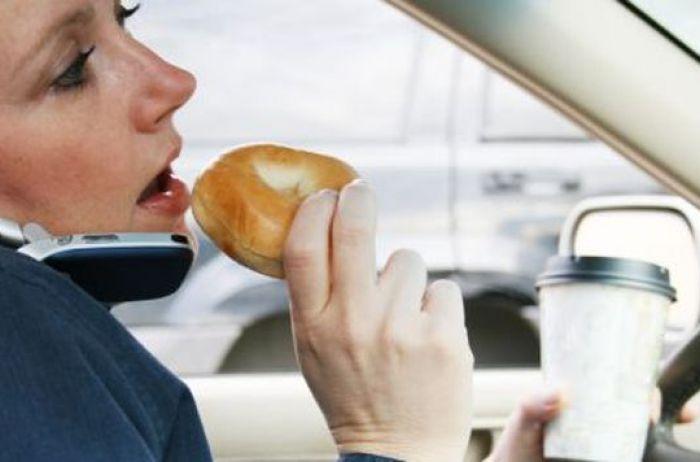 Водителю лучше забыть про прием пищи за рулем. | Фото: from-ua.com.