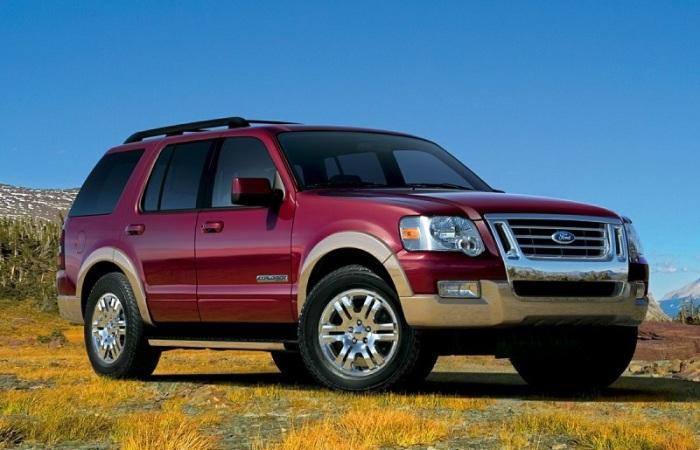 Ford Explorer 2008 года – хороший автомобиль не только в городе, но и на легком бездорожье. | Фото: cheatsheet.com.