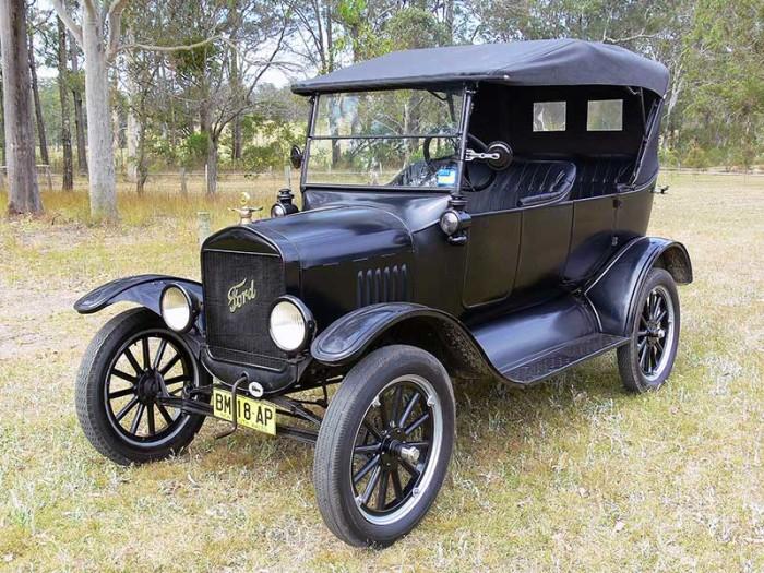 Ford Model T, известный как «Жестяная Лиззи», классического черного цвета.