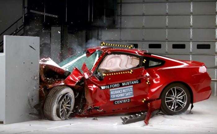 Пример «опасного» автомобиля, когда при столкновении была нарушена целостность салона.