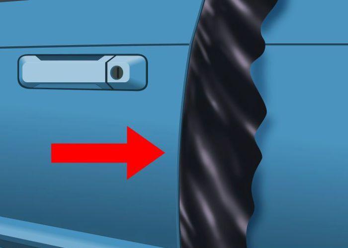 Тонкое полотенце или тряпка поможет открыть замерзшую дверь.