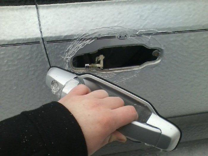 Открывать дверь в машине нужно с осторожность.