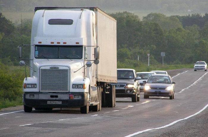 Езда за большими фурами существенно сокращает расход топлива, но это очень опасно. | Фото: трансавтоцистерна.рф.