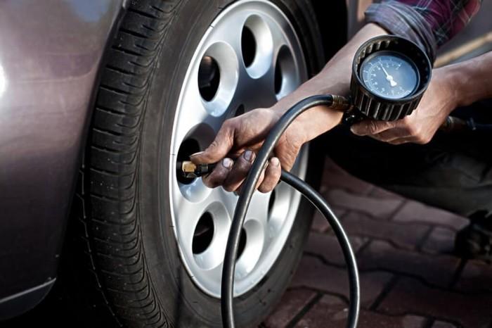 Давление в шинах – важный показатель для расхода топлива. | Фото: okuzove.ru.