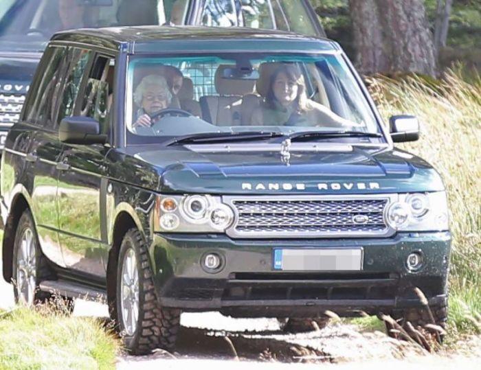 Королевская семья на прогулке в Балморале, Шотландия. | Фото: goodhousekeeping.com.