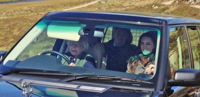 Елизавета II катает Кэйт Миддлтон на внедорожнике Range Rover. | Фото: goodhousekeeping.com.