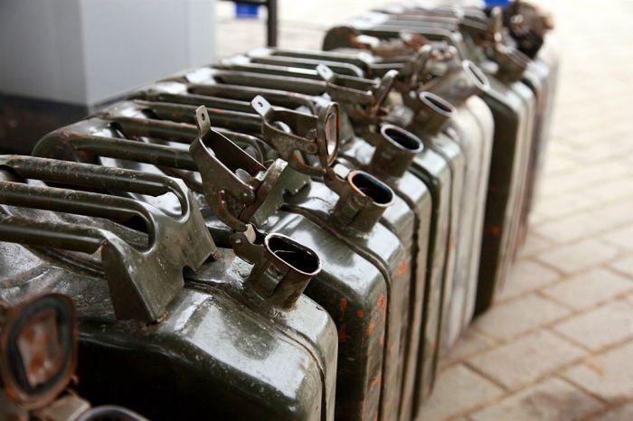 Перед запуском старого двигателя нужно заменить бензин. | Фото: autogide.ru.