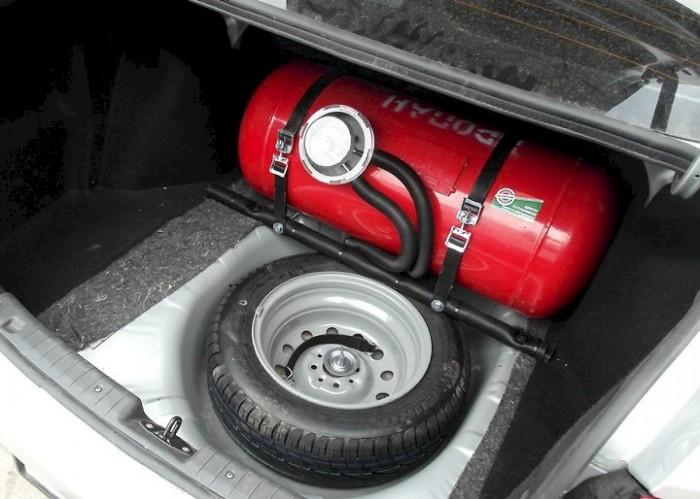Газобаллонное оборудование в багажнике легкового автомобиля. | Фото: avtomir.ua.