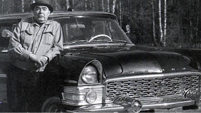 Леонид Ильич Брежнев возле «Чайки». | Фото: iz.ru.