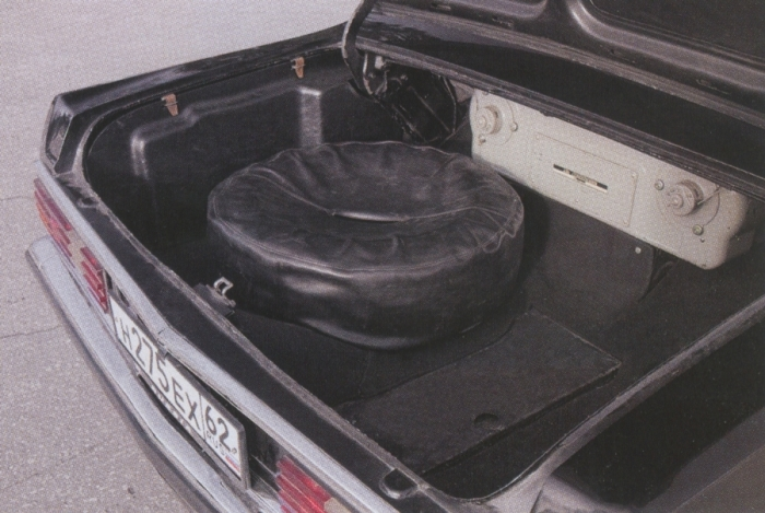 Большую часть багажника «Чайки» ГАЗ-14 занимал кондиционер. | Фото: vstyleretro.ru.