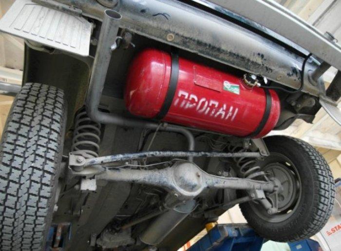 На большинстве автомобилей газовый баллон удачно вписывается под днищем, или вместо запаски. | Фото: alpha-bosch.ru.