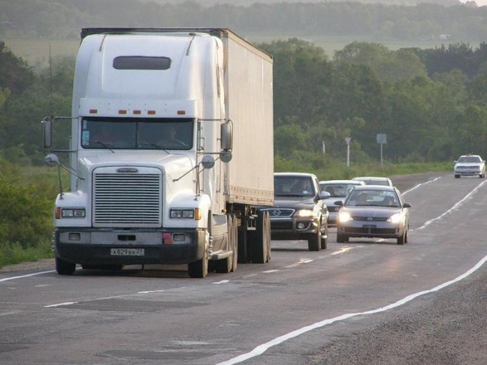Груженая фура может серьезно затруднить движение остальным водителям. | Фото: autoshcool.ru.