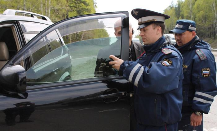 Даже легкая тонировка автомобиля может стать причиной для остановки. | Фото: liveangarsk.ru.