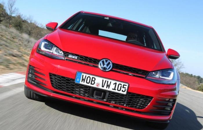 «Заряженный» хетчбек Volkswagen Golf GTI не может похвастаться высокой надежностью. | Фото: autoweek.com.